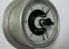 供应轴向带边电接点压力表